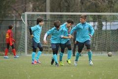 Futbolistas jovenes felices después de una meta Imagen de archivo