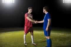 Futbolisty chwiania ręki po gry zdjęcia royalty free
