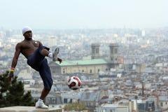 Futbolisty freestyler, Iya Traore od gwinei, Montmartre Paryż Francja, Maj -, 14 2012 Kwiecień - obraz stock
