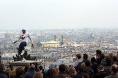 Futbolisty freestyler, Iya Traore od gwinei, w Sacre Coeur bazylice Paryż Francja, Maj -, 14 2012 Kwiecień - obraz royalty free