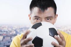 Futbolisty mienia piłka przeciw jego twarzy zdjęcie royalty free