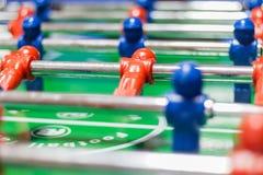 Futbolowa kopacz gra z błękitnymi i czerwonymi figurkami Zdjęcie Royalty Free