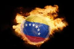 Futbolowa piłka z flaga Venezuela na ogieniu Obrazy Stock