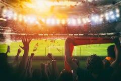 Futbolowa scena przy nocy dopasowaniem z z dopingiem wachluje przy stadium obrazy royalty free