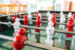 Futbolowa stołowa gra z czerwonym i białym graczem Obrazy Stock