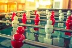 Futbolowa stołowa gra z czerwonym i białym graczem (Filtrujący wizerunek fotografia stock