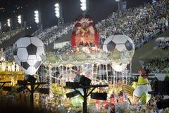 Futbolowa temat scena przy Sambodromo stadium Karnawałową paradą Zdjęcie Royalty Free