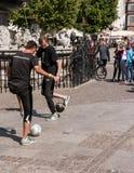Futbolowi freestylers na ulicie Zdjęcie Royalty Free