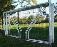 Futbolowi piłka nożna słupki bramcy, Przykuwający ogrodzenie w Jawnym parku zdjęcia stock