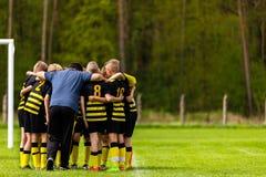 Futbolowy trenowanie Young Boys Ma animusz rozmowę z trenerem Przed turnieju dopasowaniem Dzieciak piłki nożnej akademii drużyna  obrazy stock