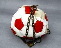 Futbolowy zakaz, futbolowy bloking, konceptualna sport niesława, fotografia royalty free