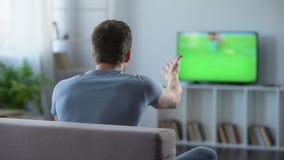 Futbolowy zwolennik aktywnie rozwesela jego ulubionej drużyny, rozczarowanej z grze zdjęcie wideo