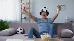 Futbolowy zwolennik w fan kapeluszowym gwizdaniu w rogu cieszeniu zdobywający punkty karny zbiory