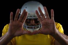 Futbolu amerykańskiego gracz pokazuje ręka gesty Fotografia Royalty Free