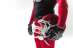 Futbolu amerykańskiego gracz pozuje z hełmem na białym tle Zdjęcia Stock