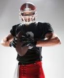 Futbolu amerykańskiego gracz pozuje z piłką na białym tle Obraz Stock