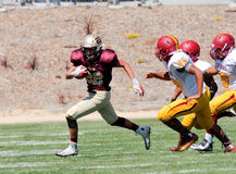 Futbolu Amerykańskiego gracza bieg z piłką Zdjęcie Stock