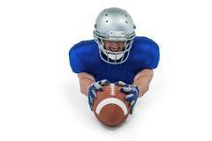 Futbolu amerykańskiego gracza dojechanie w kierunku piłki Obrazy Royalty Free