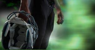 Futbolu amerykańskiego gracza mienia hełm z zieloną przemianą zdjęcie stock