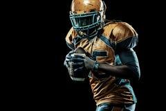Futbolu amerykańskiego sportowa gracz odizolowywający na czarnym tle Obraz Royalty Free