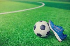 Futbolu i sportów buty na sztucznej murawie Fotografia Royalty Free