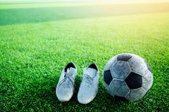 Futbolu i sportów buty na sztucznej murawie Obraz Stock