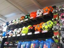 Futebóis do futebol em uma loja dos esportes. Foto de Stock