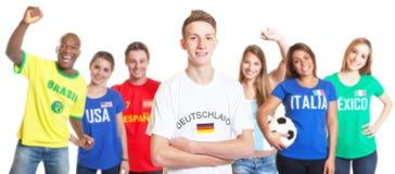 Futebol alemão com cabelo louro com os fãs de outros países Fotos de Stock