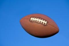 Futebol americano no céu azul com trajeto de grampeamento. Foto de Stock Royalty Free