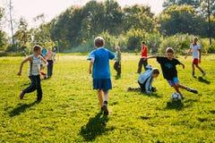 Futebol bielorrusso do jogo dos meninos no prado Fotos de Stock Royalty Free