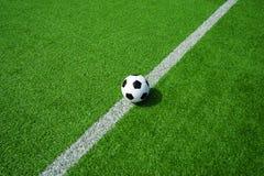 Futebol, futebol, bola, na linha branca, marca, bola preto e branco clássica no campo verde limpo, espaço para o texto, bom para  fotografia de stock