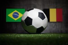 Futebol 2018 Conceito creativo Esfera de futebol na grama verde Apoie seu conceito do país ou do elogio Imagens de Stock