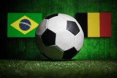Futebol 2018 Conceito creativo Esfera de futebol na grama verde Apoie seu conceito do país ou do elogio Fotografia de Stock