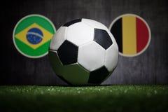 Futebol 2018 Conceito creativo Esfera de futebol na grama verde Apoie seu conceito do país ou do elogio Imagem de Stock