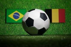 Futebol 2018 Conceito creativo Esfera de futebol na grama verde Apoie seu conceito do país ou do elogio Foto de Stock