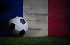 Futebol 2018 Conceito creativo Esfera de futebol na grama verde Conceito da equipe de França do apoio Imagens de Stock Royalty Free
