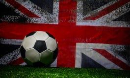 Futebol 2018 Conceito creativo Esfera de futebol na grama verde Conceito da equipe de Inglaterra do apoio Fotografia de Stock