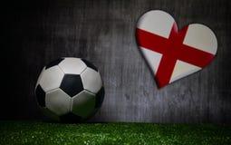 Futebol 2018 Conceito creativo Esfera de futebol na grama verde Conceito da equipe de Inglaterra do apoio Fotos de Stock Royalty Free