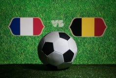Futebol 2018 Conceito creativo Esfera de futebol na grama verde França e Bélgica Imagem de Stock