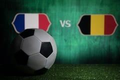 Futebol 2018 Conceito creativo Esfera de futebol na grama verde França e Bélgica Fotografia de Stock