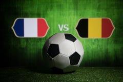 Futebol 2018 Conceito creativo Esfera de futebol na grama verde França e Bélgica Fotos de Stock
