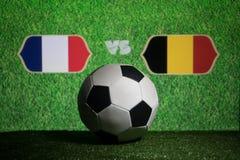 Futebol 2018 Conceito creativo Esfera de futebol na grama verde França e Bélgica Foto de Stock Royalty Free
