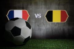 Futebol 2018 Conceito creativo Esfera de futebol na grama verde França e Bélgica Foto de Stock
