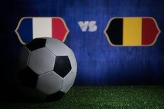 Futebol 2018 Conceito creativo Esfera de futebol na grama verde França e Bélgica Imagens de Stock