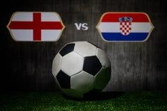 Futebol 2018 Conceito creativo Esfera de futebol na grama verde Inglaterra e Croácia Fotos de Stock Royalty Free