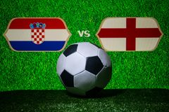 Futebol 2018 Conceito creativo Esfera de futebol na grama verde Inglaterra e Croácia Foto de Stock Royalty Free