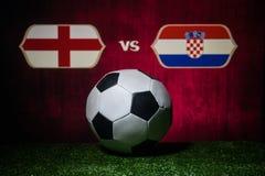 Futebol 2018 Conceito creativo Esfera de futebol na grama verde Inglaterra e Croácia Imagem de Stock