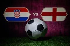 Futebol 2018 Conceito creativo Esfera de futebol na grama verde Inglaterra e Croácia Fotos de Stock