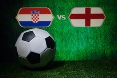 Futebol 2018 Conceito creativo Esfera de futebol na grama verde Inglaterra e Croácia Fotografia de Stock Royalty Free