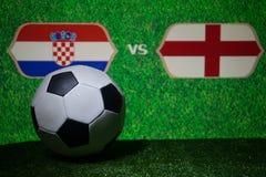 Futebol 2018 Conceito creativo Esfera de futebol na grama verde Inglaterra e Croácia Imagens de Stock Royalty Free